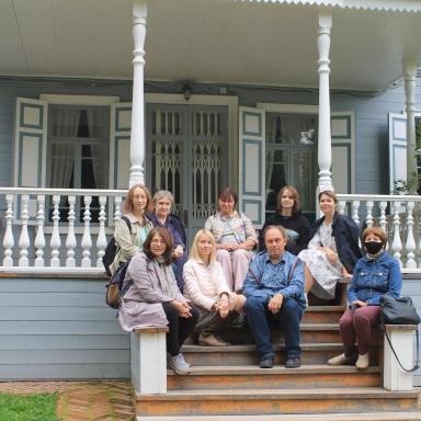 Группа участников семинара на ступенях господского дома в Шахматове