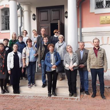 Участники 6 выездного мероприятия у входа в главный дом усадьбы Лопасня-Зачатьевское