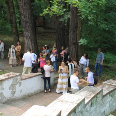 Н.А. Ёхина проводит экскурсию по парку усадьбы Узкое