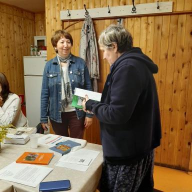 Вручение директору музея-заповедника С.М. Мисочник книг, изданных в рамках проекта РНФ