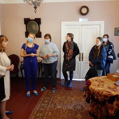 Участники 6 выездного мероприятия в интерьерах главного дома усадьбы Мелихово