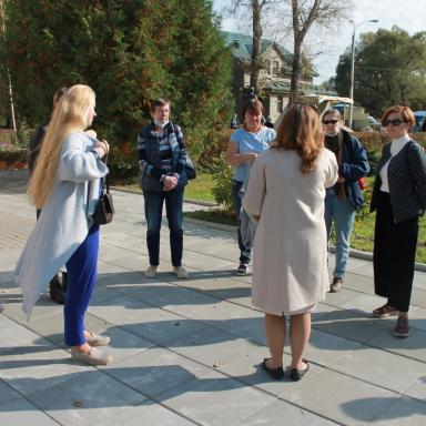 Участники 6 выездного мероприятия на территории  усадьбы Мелихово